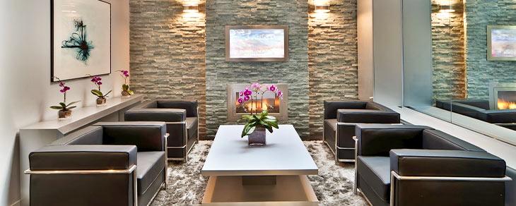 каменна стена в хола